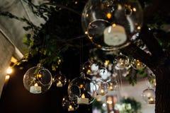 Belles boules en verre accrochantes pour des bougies, plan rapproché Tendances modernes de décor de mariage minimalisme Photographie stock libre de droits