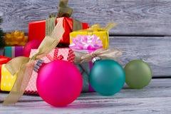 Belles boules lumineuses de Noël avec des arcs Photos stock