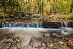 Belles cascades apaisantes en automne Photo libre de droits