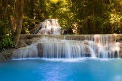 Belles cascades bleues actuelles de courant en parc national de forêt profonde photo libre de droits