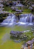 Belles cascades dans le jardin de zen photo stock