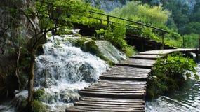 Belles cascades de cascade et voie en bois au-dessus de l'eau, lacs Plitvice en Croatie, parc national images stock