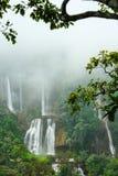 Belles cascades de Thi Lo Su avec l'environnement brumeux Image stock