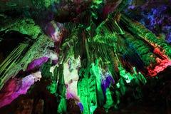 Belles caverne et stalactites images libres de droits