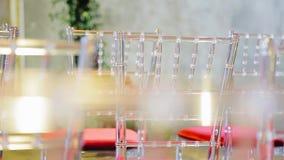 Belles chaises en verre dans un grand hall spacieux Meubles très beaux Fin vers le haut banque de vidéos