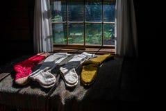 Belles chaussettes de laine fabriqu?es ? la main s'?tendant au soleil image libre de droits