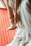Belles chaussures blanches de jeune mariée Photographie stock