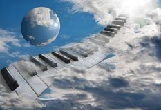 Belles clés de piano dans les nuages montant dans le ciel photo libre de droits