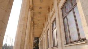 Belles colonnes historiques Appareil-photo dans le mouvement Haute construction Rayons de Sun Mouvement lent l'ukraine kiev 11 07 banque de vidéos