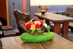 Belles compositions en automne avec la courge et les fleurs dans le pot photos libres de droits