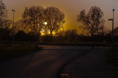 Belles couleurs chaudes des couchers du soleil dans ma ville Photo stock