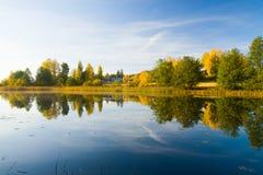 Belles couleurs de waterscape serein d'automne Image stock