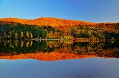 Belles couleurs reflétées dans le lac Images libres de droits