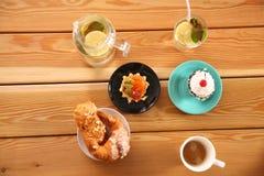 Belles crème glacée et boissons sur la table en bois image stock