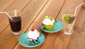 Belles crème glacée et boissons sur la table en bois Photo stock