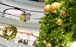 Belles décorations d'arbre de Noël à l'arrière-plan de centre commercial pour Noël photo stock