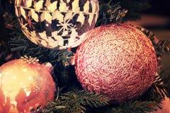 Belles décorations de Noël accrochant sur l'arbre de Noël Photos libres de droits