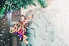 Belles décorations de Noël sous forme d'ange accrochant sur l'arbre de Noël neige Décoration à la maison pour images stock