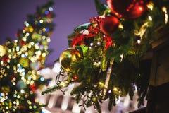 Belles décorations du décor et du Noël-arbre de nouvelle année sur les sapins de fête image libre de droits