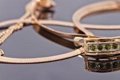 Belles et élégantes boucles d'oreille d'or avec des émeraudes Image libre de droits
