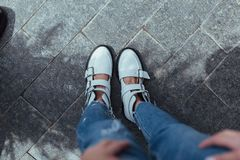 Belles et élégantes chaussures du ` s de femmes sur des jambes du ` s de femmes Image stock