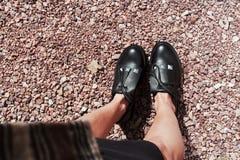 Belles et élégantes chaussures du ` s de femmes sur des jambes du ` s de femmes Images libres de droits