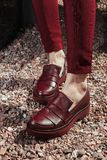 Belles et élégantes chaussures du ` s de femmes sur des jambes du ` s de femmes Photos libres de droits