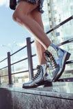 Belles et élégantes chaussures du ` s de femmes sur des jambes du ` s de femmes Photographie stock
