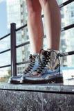 Belles et élégantes chaussures du ` s de femmes sur des jambes du ` s de femmes Photos stock
