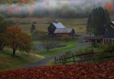Belles et célèbres maison et grange avec le brouillard dans Woodstock Vermont photos stock