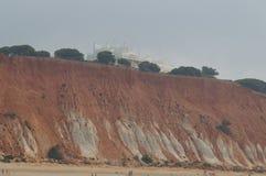 Belles falaises d'Algarve, dans les sud du Portugal Photographie stock libre de droits