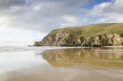 Belles falaises de petit morceau de plage, plage de paradis images stock