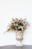 Belles fausses fleurs dans le vase Images stock
