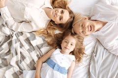 Belles femelles du mensonge de trois générations tête à tête Photo libre de droits