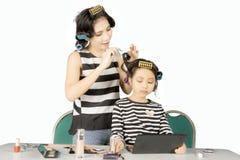 Belles femme et fille à l'aide des rouleaux sur le studio Image libre de droits