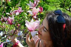 Belles femme et magnolia images libres de droits