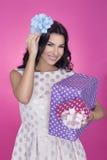 Belles femmes à l'arrière-plan rose avec le présent Réception Amour Cadeau image stock