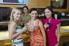 Belles femmes appréciant des boissons Photos stock