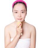 Belles femmes asiatiques devant des soins de la peau simples de fond Photo stock