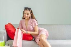 Belles femmes asiatiques tenant un sac recherchant la chose image stock