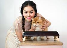 Belles femmes avec des chats et des aliments pour chats Photo libre de droits
