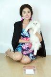 Belles femmes avec des chats et des aliments pour chats Photo stock
