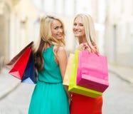 Belles femmes avec des paniers dans le ctiy Photos stock
