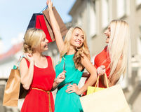 Belles femmes avec des sacs à provisions dans le ctiy Photos libres de droits
