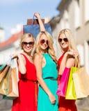 Belles femmes avec des sacs à provisions dans le ctiy Images stock