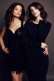Belles femmes avec du charme avec les cheveux foncés dans des vêtements élégants Images libres de droits