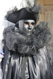 Belles femmes avec le costume argenté dans le carnaval de Venise, Italie 2015 Images stock
