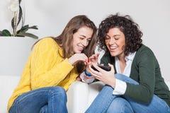 Belles femmes avec le téléphone portable Photo stock