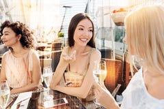Belles femmes avec plaisir ayant une conversation Photographie stock