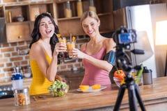 Belles femmes bien construites regardant dans l'appareil-photo Photo libre de droits